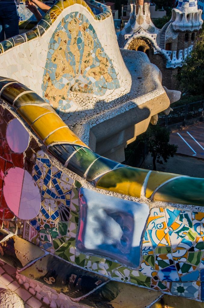 Parcul imaginat de Gaudí e plin de culori, forme si intelesuri ascunse. Cate perechi de ochi, atatea interpretari.