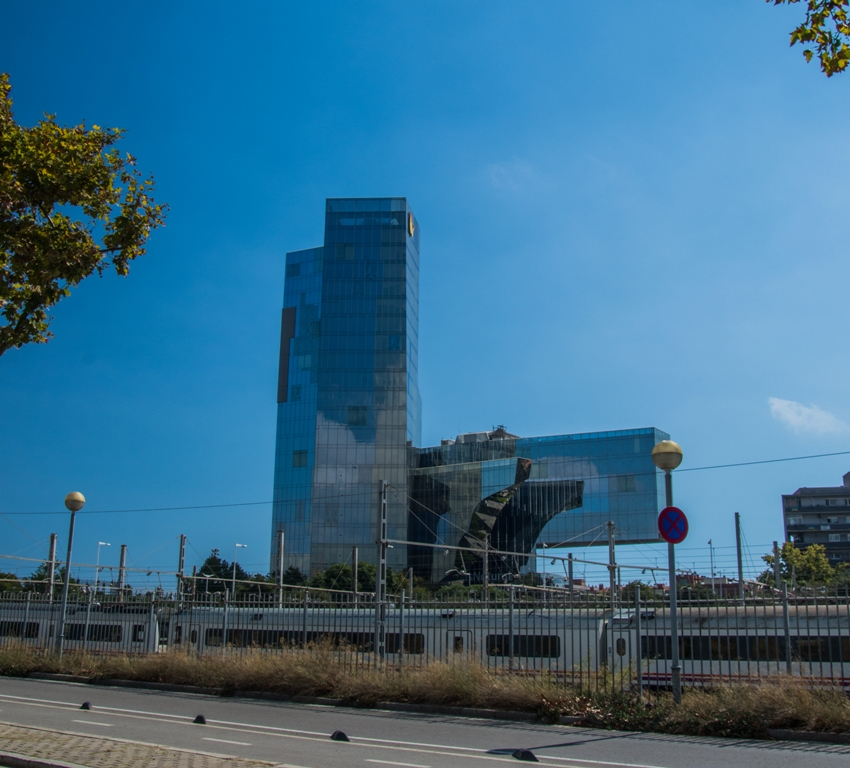 Una dintre nu putinele cladiri spectaculoase. Aceasta se gaseste in apropiere de Estació de França si pot doar sa-mi inchipui ce vedere ai asupra orasului si a marii de la ultimul etaj...