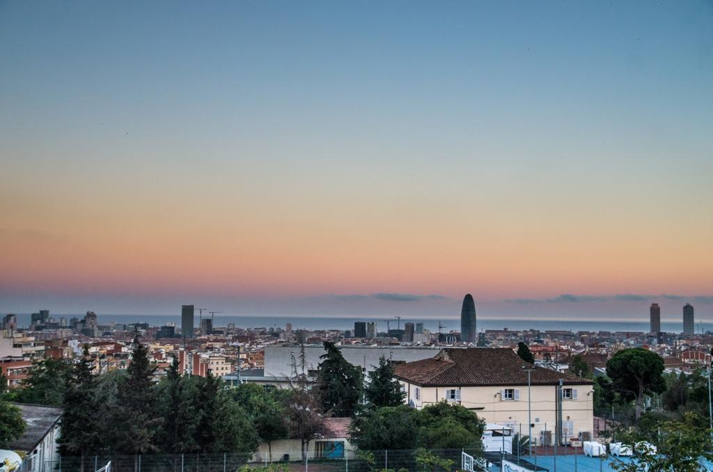 Din toate cladirile din Barcelona, doua sunt cele care prin dimensiuni si forma atrag atentia. Torre Agbar e, cu siguranta, o cladire care provoaca imaginatia multora!