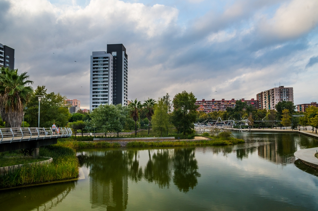 Parcul Diagonal Mar e un simbol al evolutiei Barcelonei: o amenajare urbana respirand calm si impacare a luat locul unei zone industriale parasite.