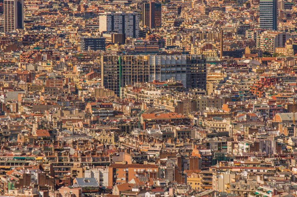 Dincolo de minunatiile arhitectonice care aduc milioane de turisti anual, Barcelona e totusi un oras aglomerat, unde cu siguranta viata nu e roz pentru toti.