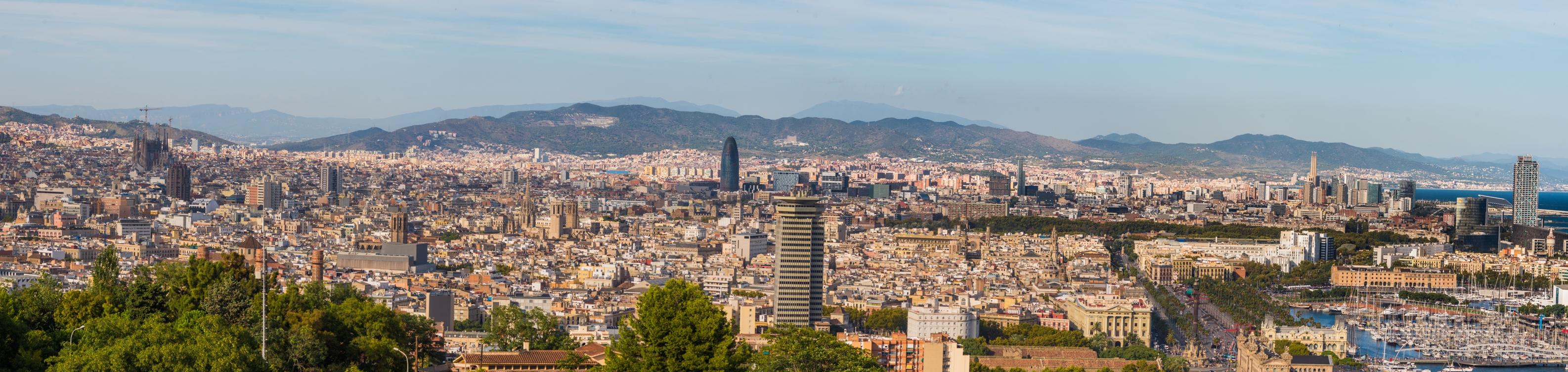 O alta panorama asupra altei parti din Barcelona. Cum dealul este destul de povarnit si aleile sinuoase, veti gasi destule locuri de unde se poate admira orasul.