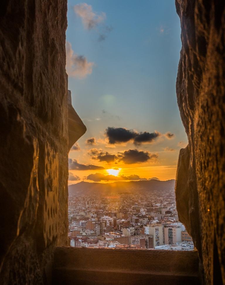 Apusul vazut din inaltul capodoperei lui Gaudi e unul de povestit nepotilor