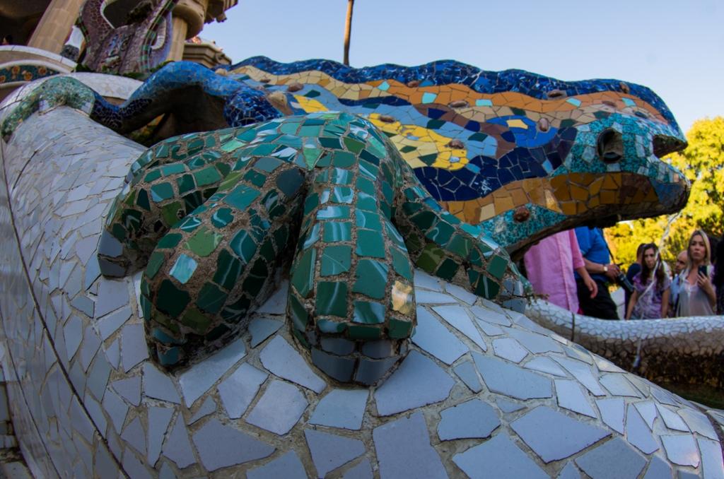 Soparla lui Gaudí intr-o perspectiva aparte. Cu putin efort se pot scoate si oamenii din ea. In realitate, probabil doar o alarma terorista ar putea face asta (nu ca as sugera o asemenea abordare, insa!).