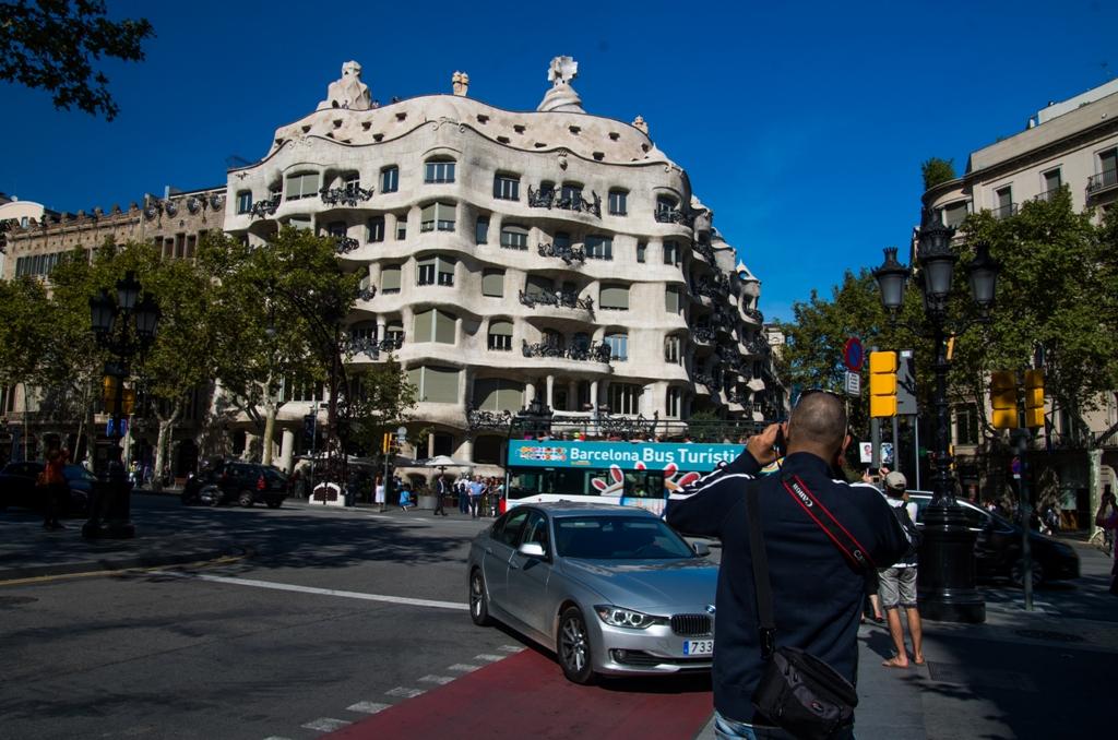 """Toata lumea vrea sa surprinda un cadru cu cealalta realizare sclipitoare a lui Gaudí de pe Passeig de Grácia, la doar vreo 2-300 de metri de Casa Batllo. Desi parerile sunt impartite cu privire la Casa Milá, eu am pus-o pe lista de """"must see"""" pentru urmatoarea vizita."""