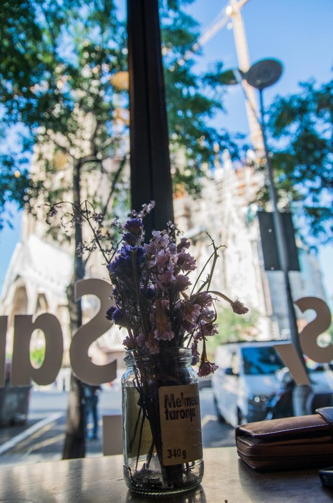 O jumatate de ora in fata unei cafele aromate, a unei beri artizanale sau a unei cani cu ciocolata calda, privind la Sagrada Familia, e o experienta care merita traita. Senzatia pe care o ai anticipand vizita in imensitatea operei lui Gaudí se va transforma intr-o amintire draga peste timp.