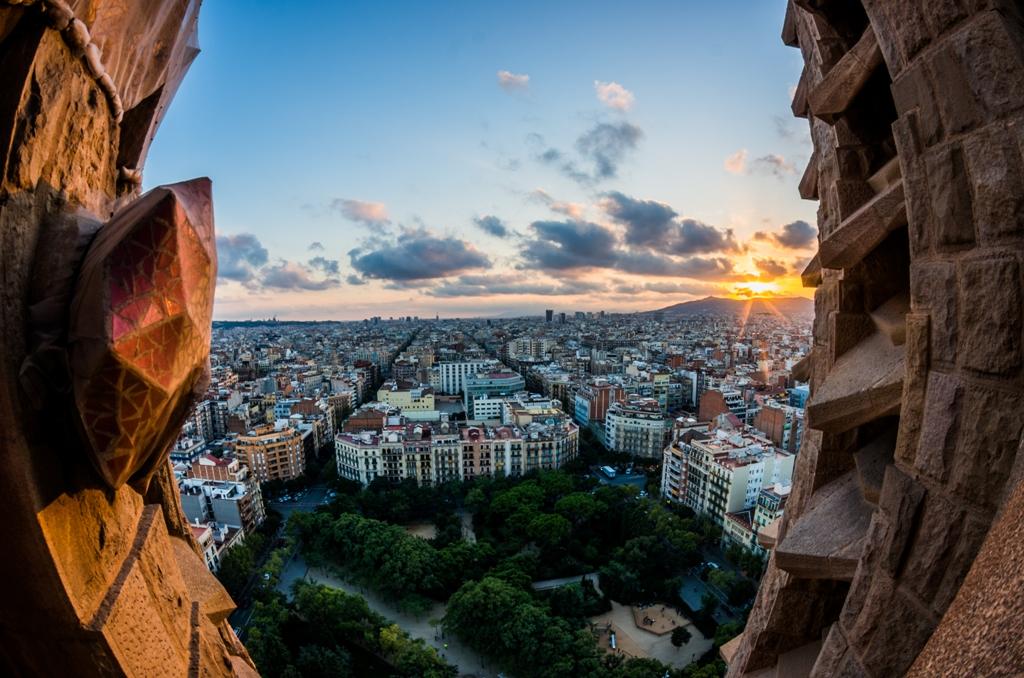 Un apus magnific, vazut din inaltul Sagrada Familia, inseamna fabricarea unei amintiri care va ramane peste timp tot vie, vorba cantecului. Daca nu va bate aparatul foto, veti lua cu voi si un instantaneu de inramat.
