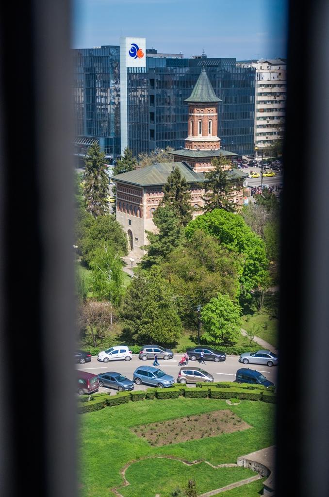 Biserica Sfantul Nicolae Domnesc, vazuta prin unul dintre crenelurile Palatului.