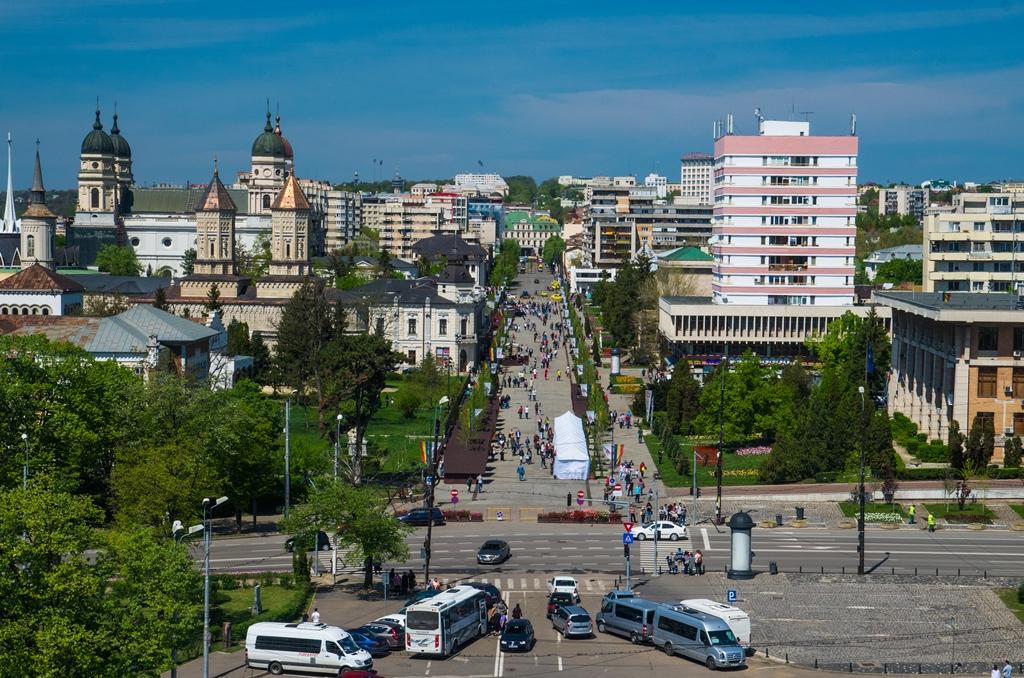 Bulevardul Stefan cel Mare, vazut din turnul Palatului Culturii. O perspectiva pe care, trebuie sa recunosc, nu am mai avut-o vreodata!